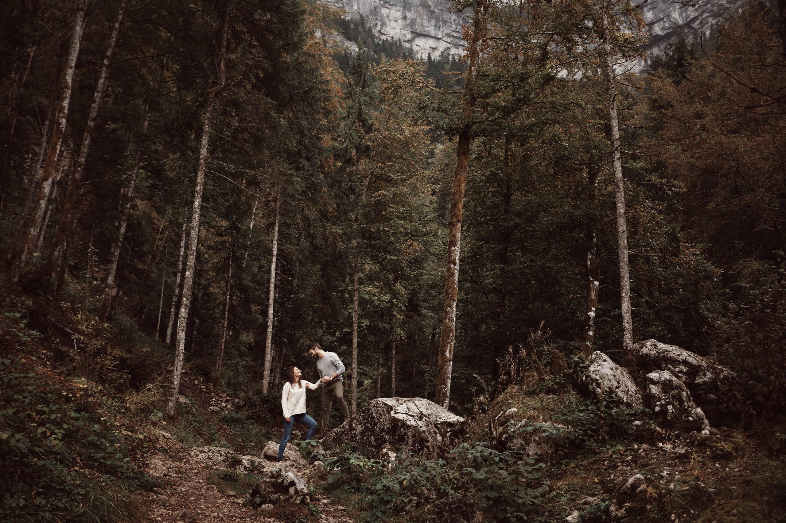 Séance photo de couple en Chartreuse à l'automne au cirque de Saint Même