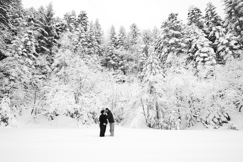 Séance photo grossesse aventure à Chamrousse sous la neige