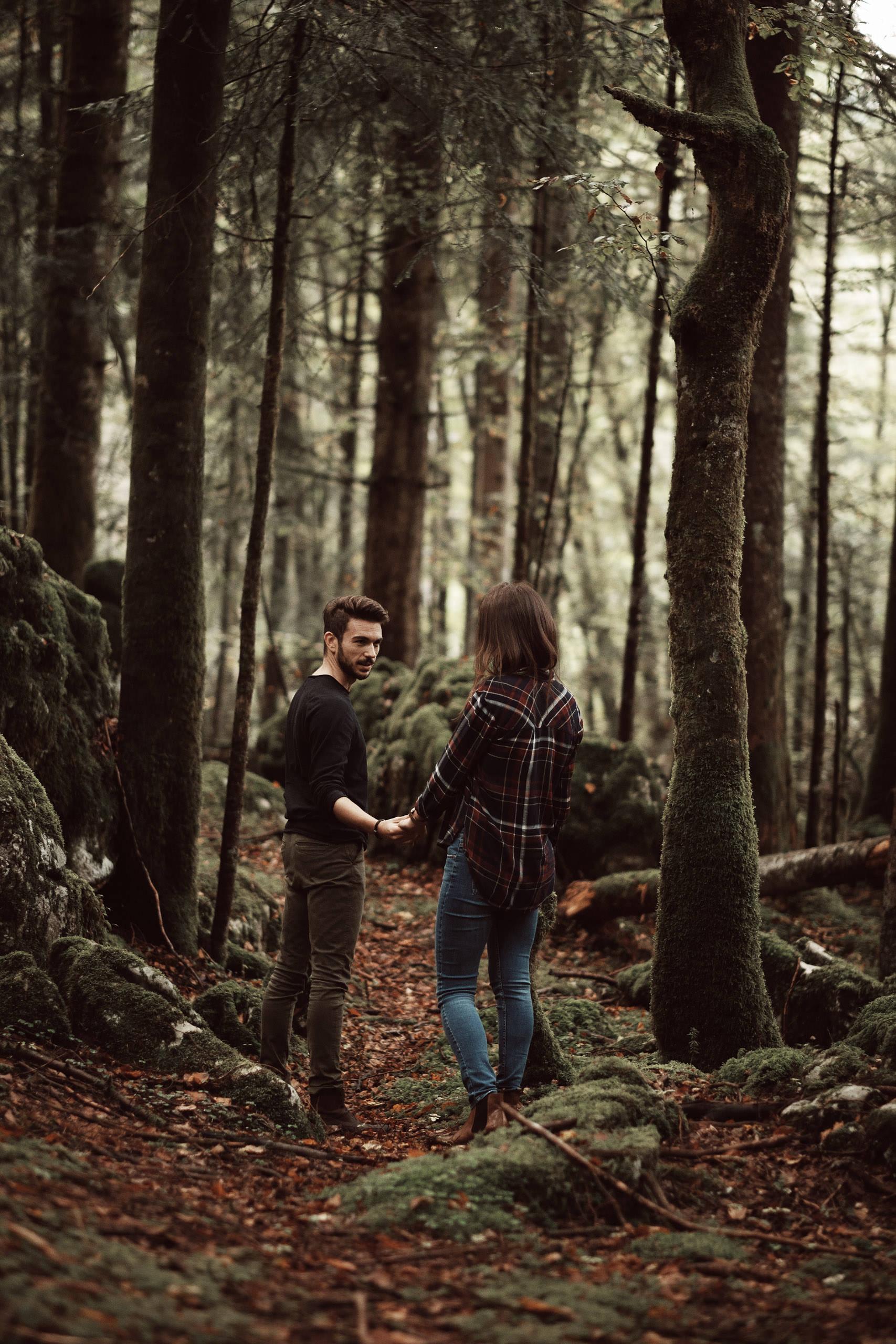 Séance photo de couple en forêt au cirque de Saint Même