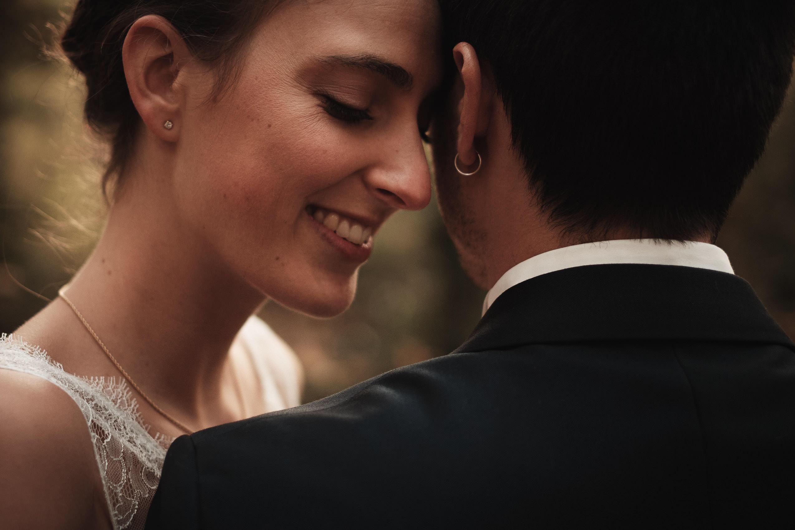Séance photo de mariage day after à deux pas de Chambéry en forêt à l'automne