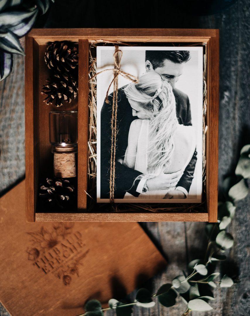 Coffret en bois contenant clé usb et tirages fine art photographe mariage à Chambéry