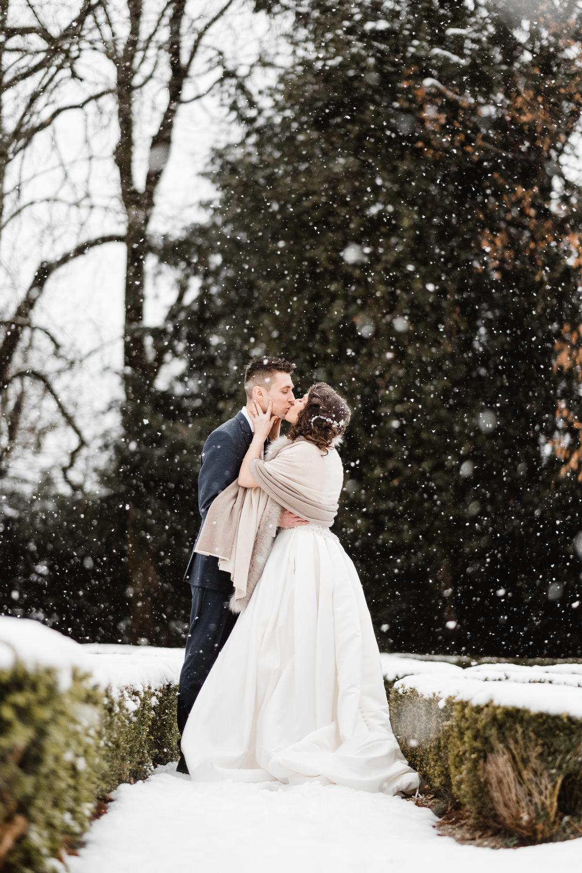 Un mariage sous la neige en hiver