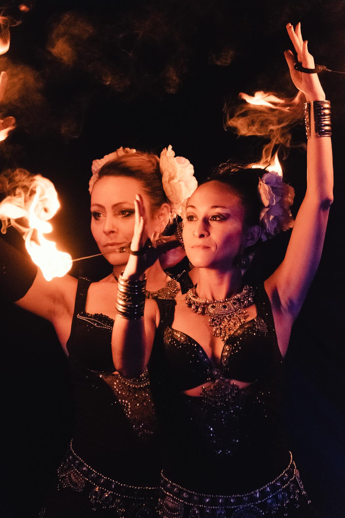 Compagnie Manda Lights, spectacle de feu et de pyrotechnie, photographiée à La Ravoire en 2018 à l'occasion de la fête de La Saint Jean